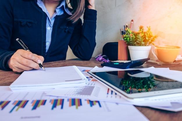 Conceito de escritório, negócios, tecnologia e internet - empresária com tablet pc e documentos no escritório