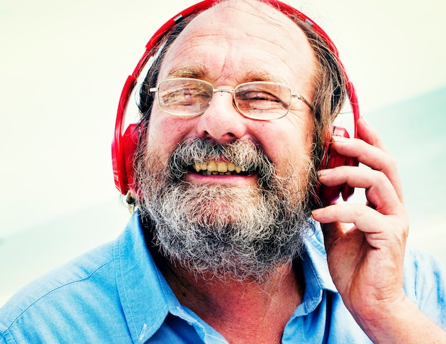 Conceito de escuta da felicidade da música dos fones de ouvido do homem