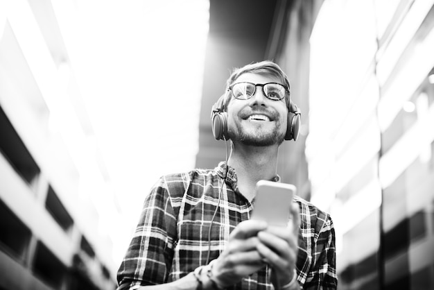 Conceito de escuta de escuta dos fones de ouvido de misic do homem