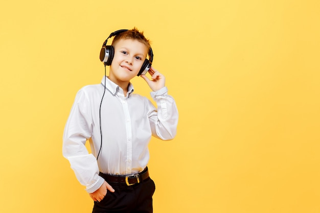 Conceito de escuta do estúdio da música do menino caucasiano