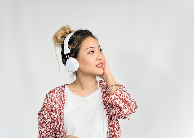 Conceito de escuta dos auscultadores da música da pessoa