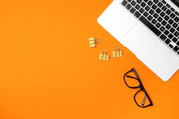 Conceito de espaço de trabalho de vista superior com fundo laranja