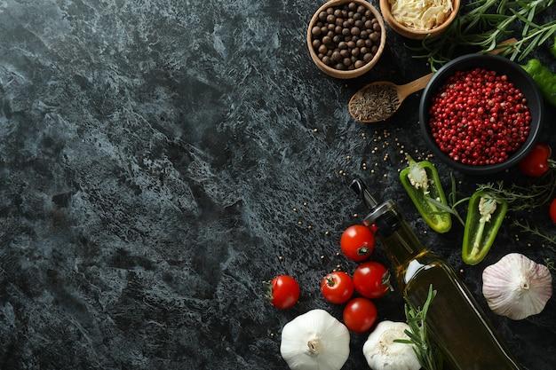 Conceito de especiarias aromáticas na mesa preta esfumada