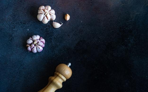 Conceito de especiarias orgânicas com alho e spicer