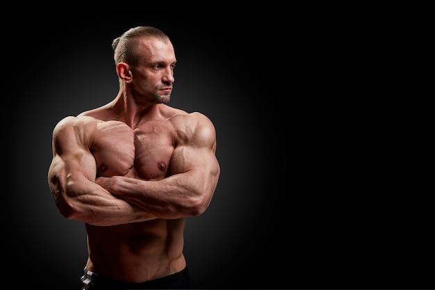 Conceito de esporte. poses de atleta fitness com músculos perfeitos