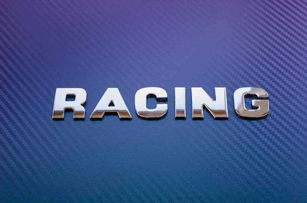 Conceito de esporte, velocidade, corrida e peso leve. exprima o carbono soletrado horizontalmente nas letras do cromo no fundo violeta-azul da fibra do carbono.