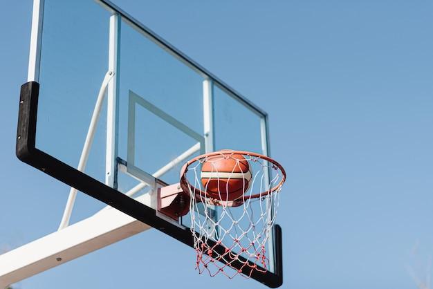 Conceito de esportes e recreação, um tiro de basquete fluindo no ar para uma cesta de basquete.