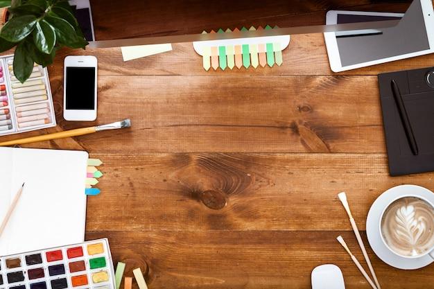 Conceito de estação de trabalho gráfico criativo, tintas de computador na mesa de madeira marrom
