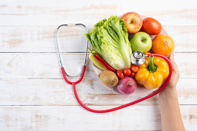 Conceito de estilo de vida, alimentação e nutrição saudável na mesa de madeira branca.
