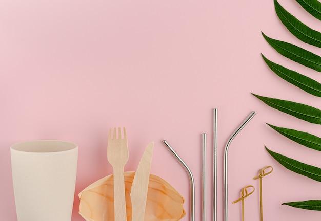 Conceito de estilo de vida amigável do eco. talheres reutilizáveis em fundo rosa.
