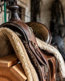 Conceito de estilo de vida country de sela de couro