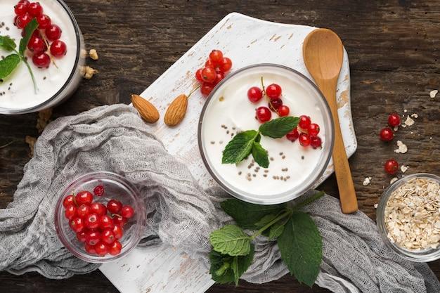 Conceito de estilo de vida de alimentos biológicos e iogurte plano lay