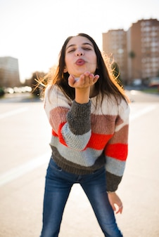 Conceito de estilo de vida de garota adolescente em ambiente urbano