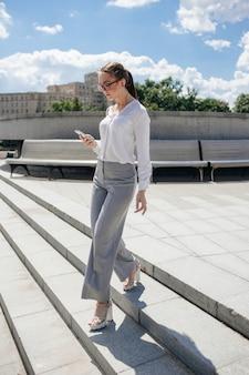 Conceito de estilo de vida de moda urbana jovem mulher de negócios de sucesso