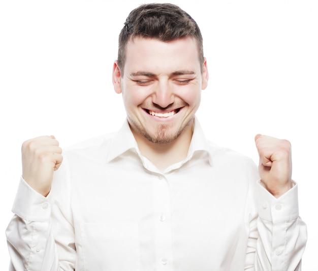 Conceito de estilo de vida, negócios e pessoas: empresário de sucesso. jovem feliz em trajes formais gesticulando e sorrindo em pé contra o espaço em branco