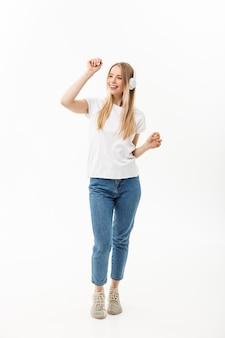 Conceito de estilo de vida: retrato de uma aluna alegre feliz ouvindo música com fones de ouvido