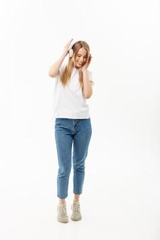 Conceito de estilo de vida: retrato de uma aluna alegre feliz ouvindo música