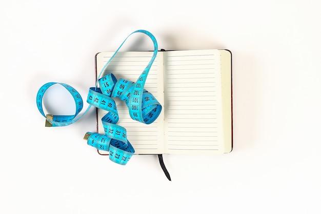 Conceito de estilo de vida saudável com o bloco de notas