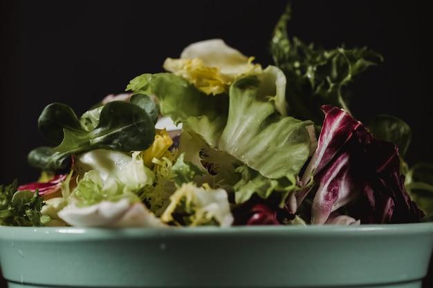 Conceito de estilo de vida saudável comida. salada de legumes fresca no prato em estilo de cor rústica
