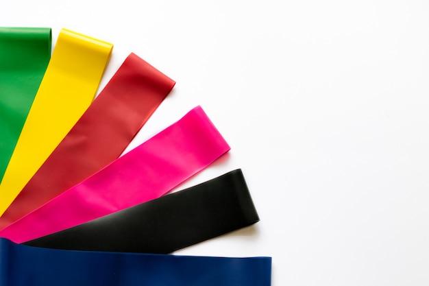 Conceito de estilo de vida saudável - expansores de goma de aptidão elástica para mulheres