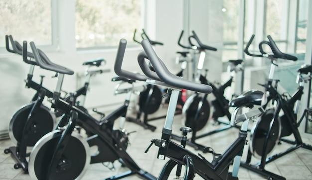 Conceito de estilo de vida saudável. lote de bicicleta ergométrica na aula de giro de salão vazio.