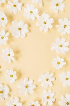 Conceito de estilo mínimo. coroa de flores feita de flores de camomila margarida branca em amarelo claro