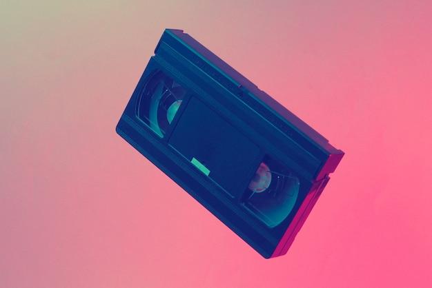 Conceito de estilo retro do minimalismo. anos 80. videocassete em luz neon azul vermelha. onda retro