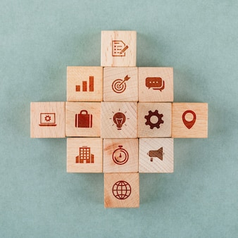 Conceito de estratégia de negócios com blocos de madeira com ícones.