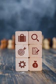 Conceito de estratégia de negócios com cubos de madeira