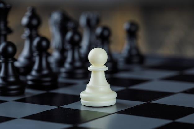 Conceito de estratégia de negócios com figuras em close-up do tabuleiro de xadrez.
