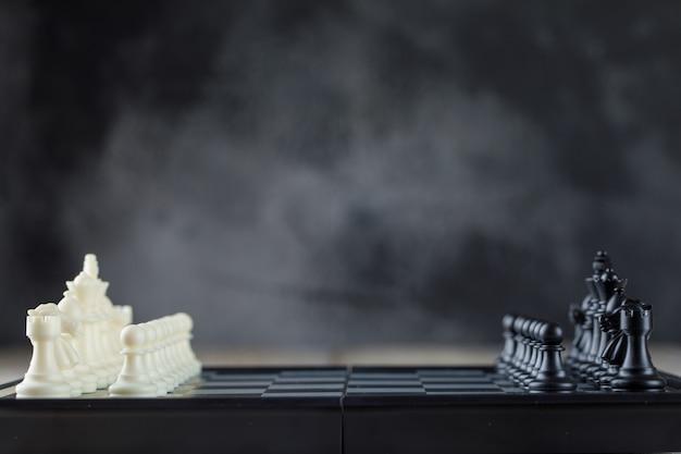 Conceito de estratégia de negócios com tabuleiro de xadrez com figuras