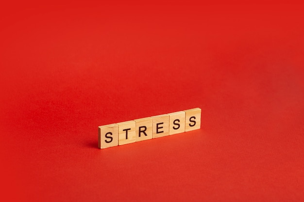 Conceito de estresse. estresse sobre um fundo vermelho e vazio. um sentimento de ansiedade, tensão, medo e raiva