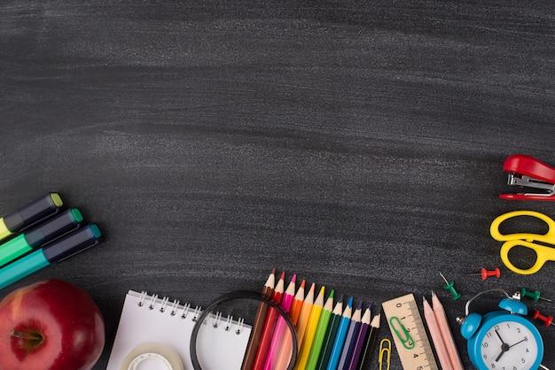 Conceito de estudo e escola. foto de visão aérea superior de um papel de carta colorido e uma maçã isolada no quadro-negro com espaço vazio para texto