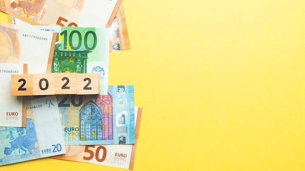 Conceito de euro e moeda de dinheiro europeu com espaço de cópia