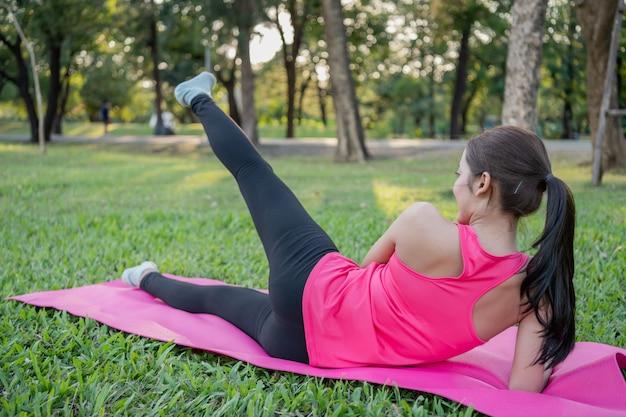 Conceito de exercício. uma linda garota está treinando seu corpo com exercício