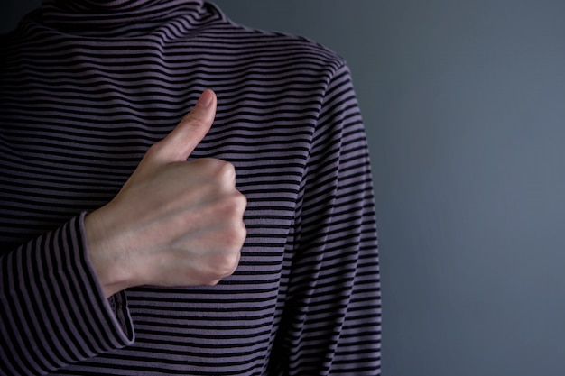 Conceito de experiência do cliente. cliente feliz com o polegar para cima