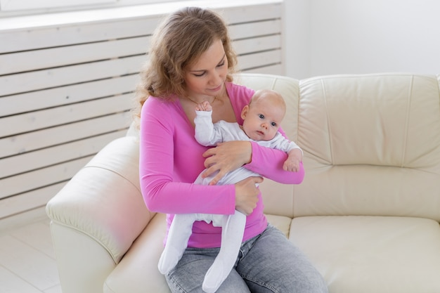 Conceito de família, bebê, maternidade e infância linda mãe e seu bebê