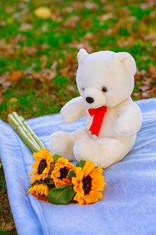 Conceito de família de brinquedos de urso de pelúcia. brinquedos de férias no parque
