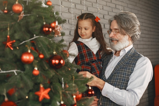 Conceito de família, feriados, geração, natal e pessoas. sala decorada para o natal