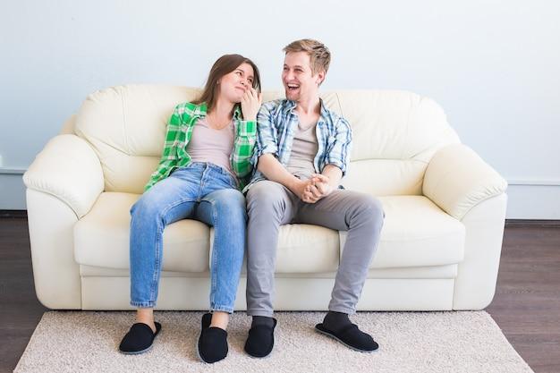 Conceito de família, lazer e relações - casal alegre se divertindo juntos
