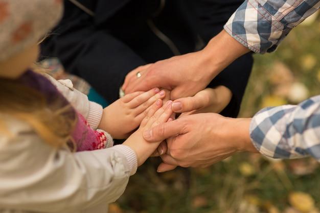 Conceito de família, três mãos da família. unidade, apoio, proteção e felicidade.
