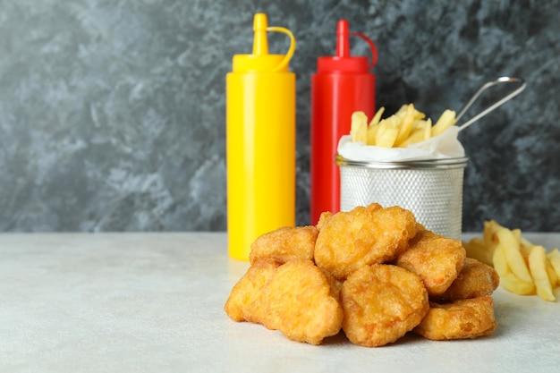 Conceito de fast food contra um fundo preto esfumaçado