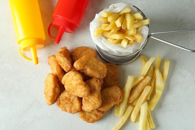 Conceito de fast food em mesa texturizada branca