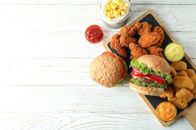 Conceito de fast food na mesa de madeira branca