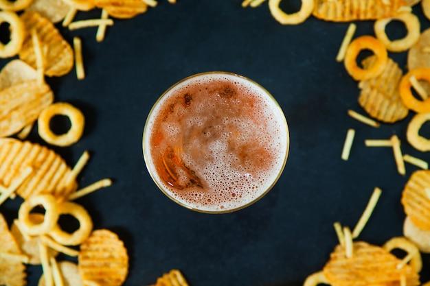 Conceito de fast junk food anéis de cebola batatas fritas batata chips cerveja lanche nutrição não saudável