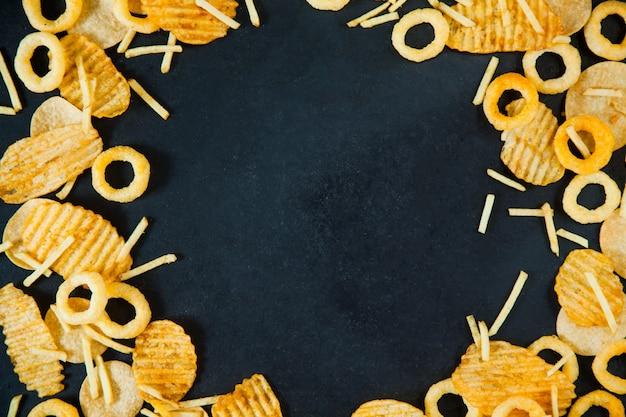Conceito de fast junk food anéis de cebola batatas fritas batata chips nutrição pouco saudável. com cópia espaço vista de cima plana lay