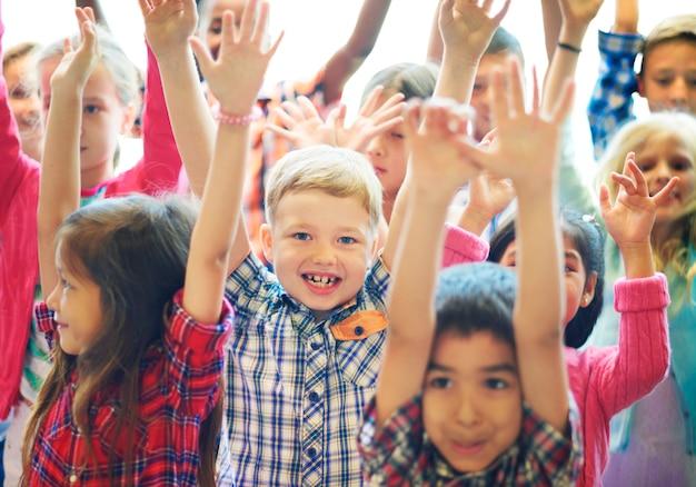 Conceito de felicidade alegre de crianças de estudantes