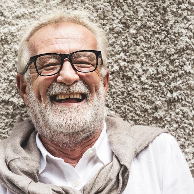Conceito de felicidade sorridente sênior homem bonito