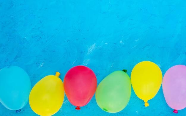 Conceito de feliz aniversário. balões coloridos em um fundo azul, copie o espaço