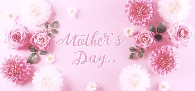 Conceito de feliz dia das mães estilo vintage de rosas cor de rosa e bela moldura de flores em fundo pastel